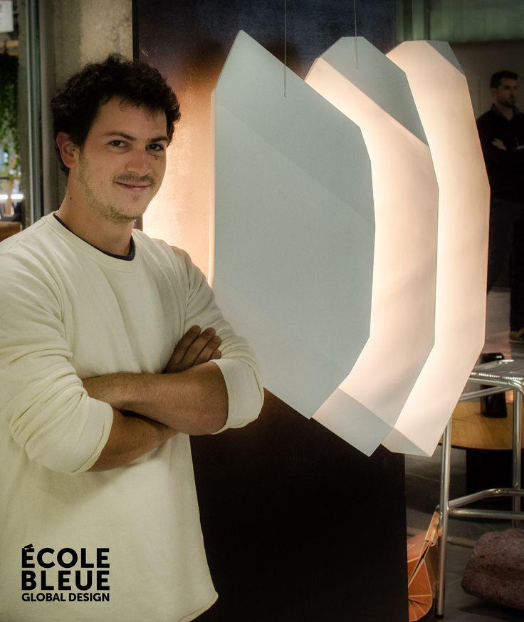 Le luminaire « Météore», design Damien Bohu.  « Météore » est un luminaire en plâtre qui utilise les capacités réflectives de la matière. Cette suspension est conçue comme un bloc de gypse taillé en 3 lames, entre lesquelles se glisse la source lumineuse. La variation possible de la lumière permet la « respiration » de l'objet en fonction de son intensité.