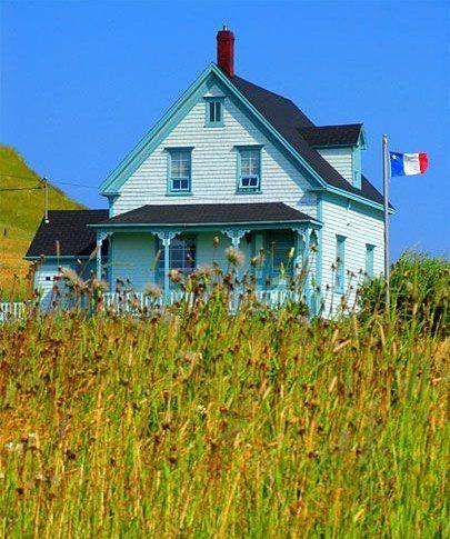 Maison bleue pâle aux Iles de la Madeleine.