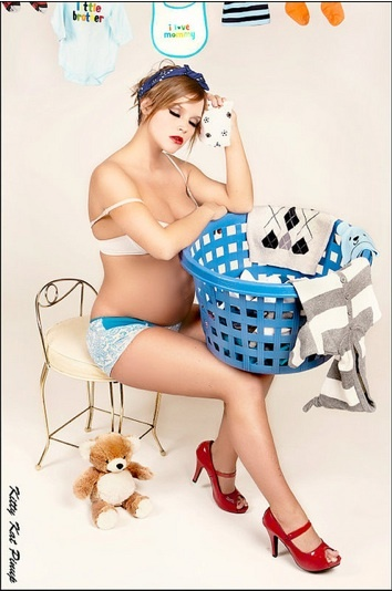 adorable pinup maternity photoshoot - all tired out.