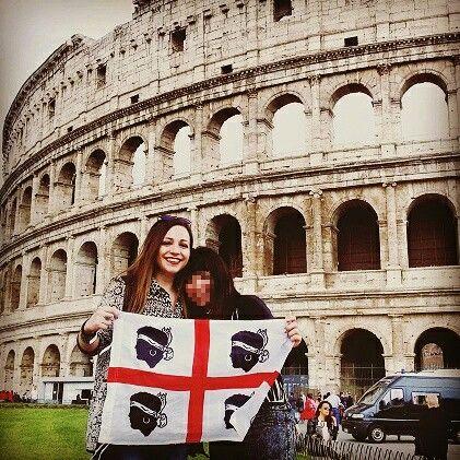 La bandiera sarda sventola a Roma, eccoci davanti al Colosseo