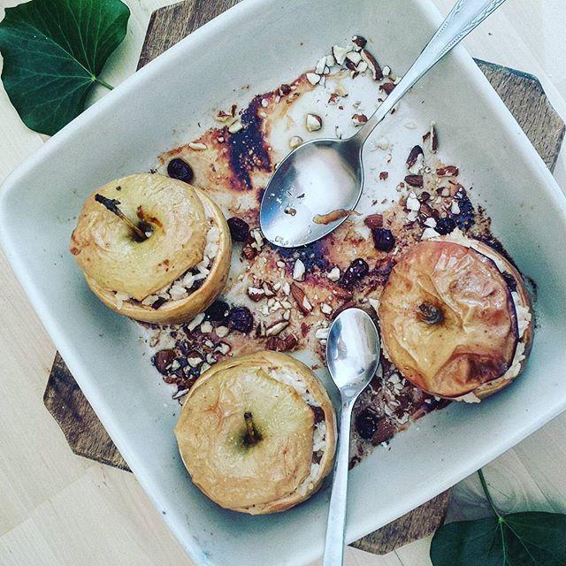 Am umplut niste mere zemoase cu orez cu lapte, stafide si migdale si am bagat totul la cuptor pentru cele mai lungi 30 minute... #yumm #culinarim #mereumplute #merecoapte #orezculapte #desert