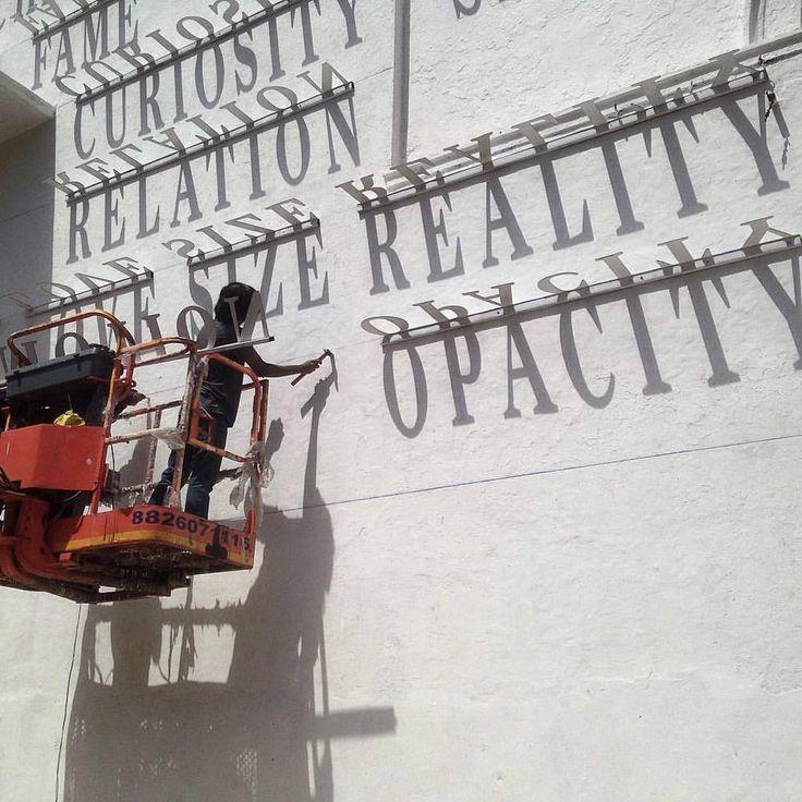 Galeria de Artista indiano instala tipografia em