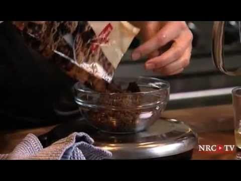 Mijn walnotenbrownies    Voor ongeveer 25 brownies:  250 gram roomboter, in stukken  250 gram pure chocolade (met minimaal 70% cacao), grof gehakt  100 gram walnoten, grof gehakt  4 eieren + 2 eidooiers  200 gram bruine basterdsuiker  200 gram fijne kristalsuiker  een snuf zout  100 g bloemextra: een rechthoekig bakblik, ingevet met boter en bestoven met bloem