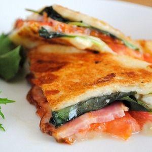 フライパンで簡単&おいしい♪食パンdeトマトとバジル、モッツァレラ、ベーコンのパニーニ+by+うりぼうさん+|+レシピブログ+-+料理ブログのレシピ満載! 外はサクッ、中はとろ〜り!トマトの酸味とバジルの香りが口の中いっぱいに広がります