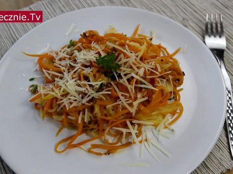 Tak przygotowane spaghetti bardzo różni się od oryginalnego przepisu. Zamiast makaronu używamy tutaj warzyw, które nadają się do strugania. Tym razem skorzystamy z cukinii oraz marchwi. Do całości dod...