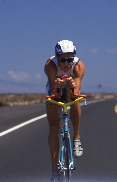 Scott Tinley rides his stylish aerobars on the Queen K. Photo: Lois Schwartz