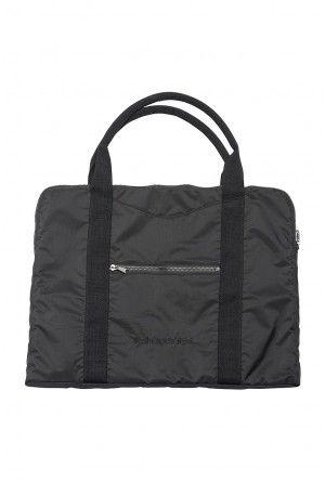 Den lille perfekte taske til dig, din yogamåtte og det ekstra du lige har behov for at bringe med til din yogatræning. Namaste Findes kun i sort.