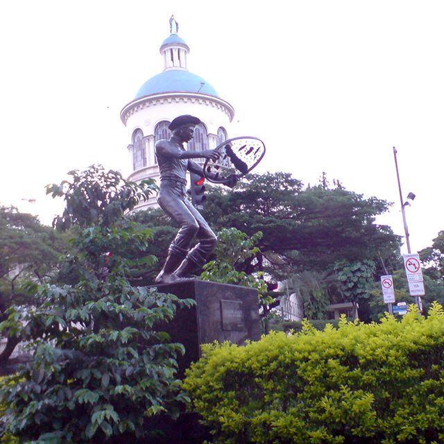 Estátua de Colhedor de Café na Av Nove de Julho #estatua #saopaulo #cafe #colhedor