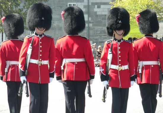 A capital do Canadá, Ottawa, é a segunda capital mais fria do mundo. 3) Montreal é a maior cidade francófona (que fala francês) do mundo (O primeiro lugar é Paris) Changing of the guards at La Citadelle de Québec.