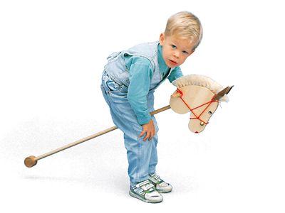 """Steckenpferde gibt es bereits seit dem Mittelalter. Im Englischen heisst es """"Hobby Horse"""" und daher kommt auch der Begriff """"sein Steckenpferd pflegen"""", weil damit das Hobby gemeint ist. Unser Steckenpferd wurde in einer gemeinnützigen Schweizer Werkstatt sorgfältig von Hand hergestellt, ist aus Ahornholz (sehr verzeihend), hat ein Halfter mit einer kleinen Glocke und eine Mähne aus Sisal."""