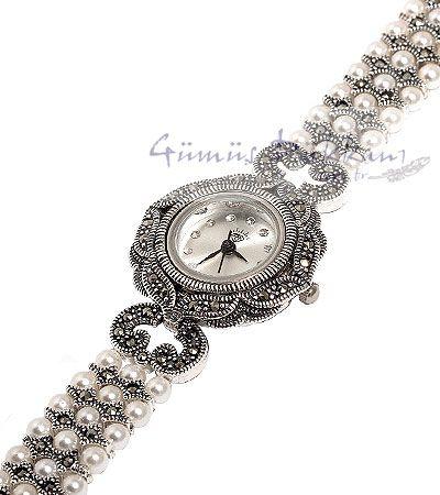 925 ayar gümüş bayan saat modelinde kordon kısmında beyaz inciler bulunur.