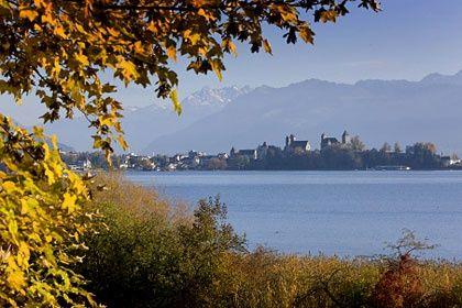Herbst am Zürichsee: die Türme von Rapperswil vor dem Alpenpanorama