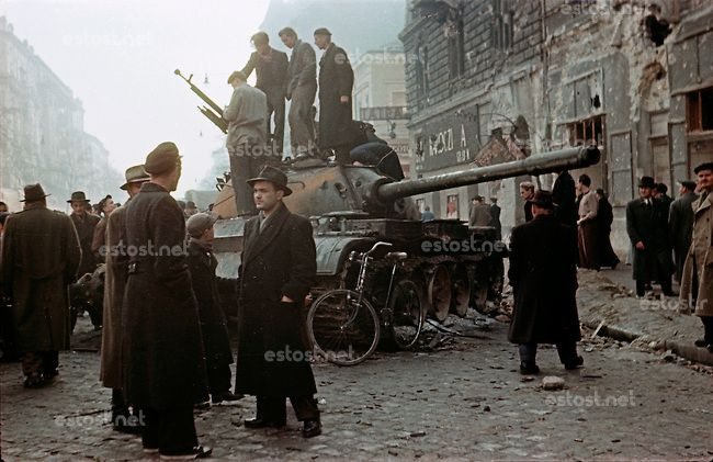 UNGARN, 10.1956.Budapest, VIII./IX. Bezirk.Ungarn-Aufstand / Hungarian uprising 23.10.-04.11.1956:.Verlassener sowjetischer Panzer des Typs ...