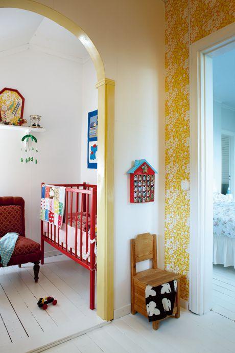 Punainen on hyvä väri pinnasänkyyn !Underbara Claras barnrum - Family Living