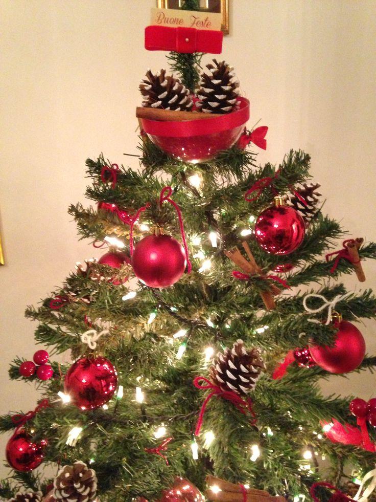 Il mio Albero di Natale con pigne dipinte da me, cannella, bacche, pallone rosse e fiocchettini rossi in raso.