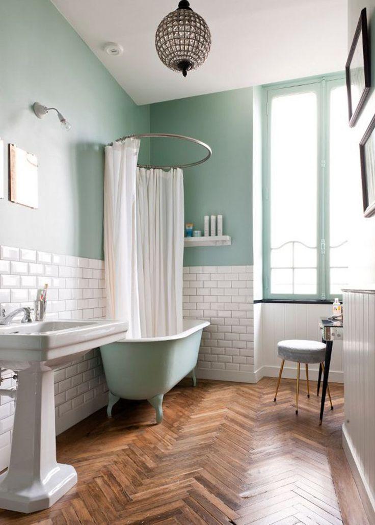 peinture vert céladon, carrelage blanc, bois, mélange lumineux pour salle de bain
