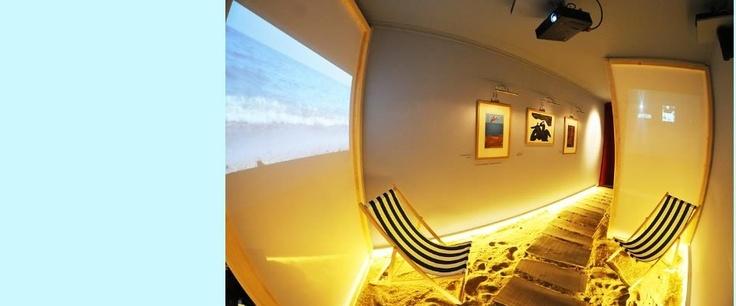 Dans les pas de Jean Vilar   Centenaire Jean Vilar – Sète du 21 mars au 31 août 2012 à la Galerie des bains, 13 rue Gambetta.