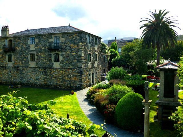 Estancia recomendada por Karanné Sofás en Viveiro.  Abrimos las puertas del Pazo da Trave, un palacio fundado por la antigua nobleza gallega y asturiana hace más de quinientos años, situado en un paraje excepcional, en la Mariña de Lugo, a tres kilómetros de la desembocadura de la espectacular ría de Viveiro, entre playas y montañas, en un valle encantado rodeado de tranquilidad, silencio y casas solariegas .
