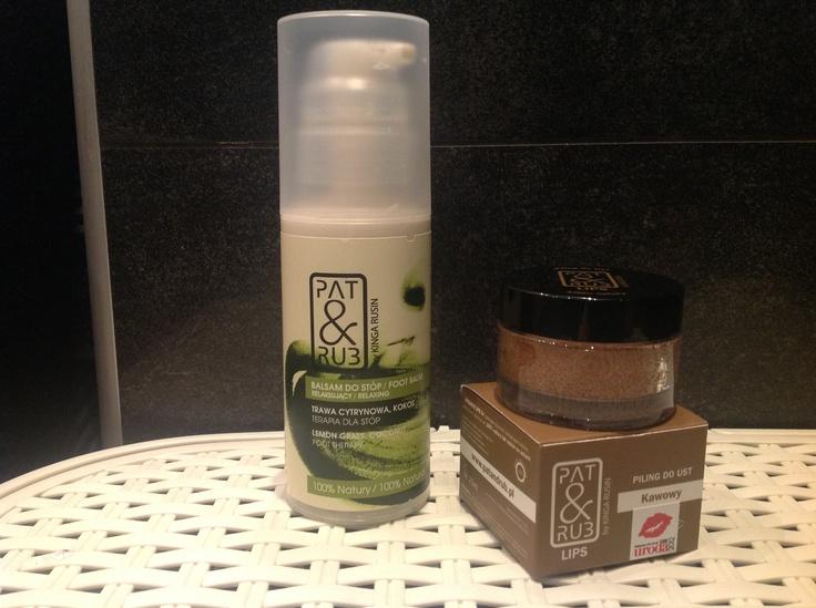 Tychosława: W mojej codziennej pielęgnacji, zwłaszcza w zbliżającym się cieplejszym okresie jest balsam do stóp trawa cytrynowa/kokos, który wyśmienicie nawilża i zmiękcza skórę, a w szczególności pięty;) Dodatkowo cudownie pachnie! Uzależnia;)    Drugim niezbędnikiem jest kawowy piling do ust, który cudownie regeneruje usta, pięknie pachnie. Poza tym jest pyszny i całkowicie jadalny;)