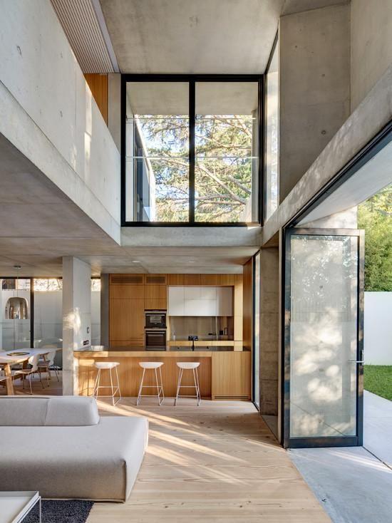 Estrutura em concreto fazendo parte da arquitetura na área social da residência
