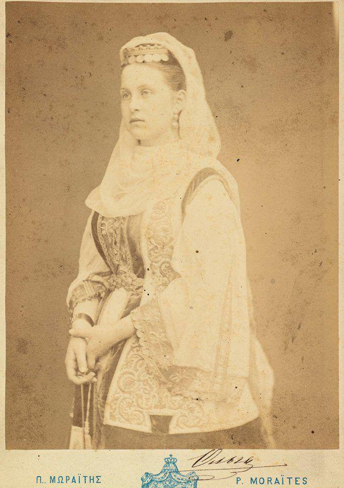 Τα γυναικεία μέλη της ελληνικής βασιλικής οικογένειας ανέκαθεν φωτογραφιζόντουσαν φορώντας ελληνικές, παραδοσιακές ενδυμασίες. Την αρχή έκανε η  Όλγα. Νεαρή βασίλισσα, με τα ίχνη της εφηβείας ακόμη στο  πρόσωπό της, φωτογραφήθηκε από τον Πέτρο Μωραΐτη, φορώντας με χάρη ελληνική παραδοσιακή φορεσιά, που η σλαβική ομορφιά της αναδείκνυε υπέροχα.