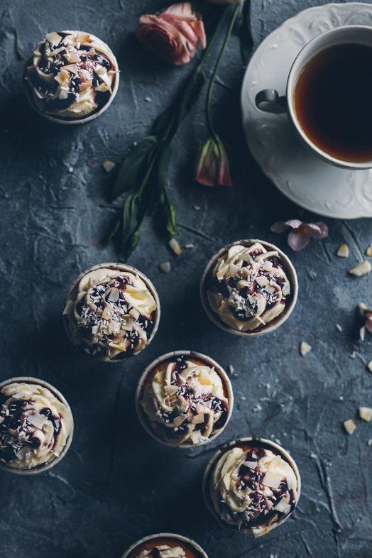 Кокосовые капкейки с ванильным кремом и черничным сиропом