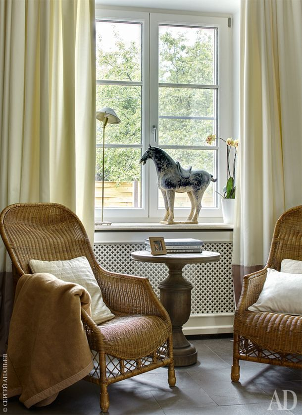 Фрагмент гостиной. Плетеные кресла, все Flamant. Столик, Gramercy Home. Лошадь из салона Аndrew Martin. Пол в общественной зоне дома выложен сланцем.