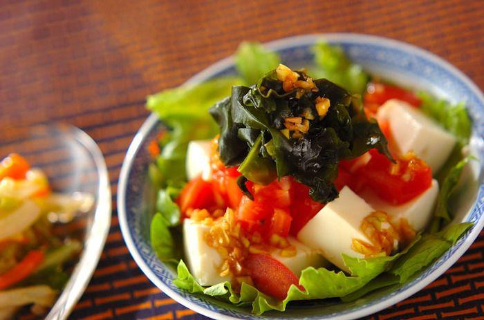 赤、緑、白、黒と、素材の彩りがきれいなサラダ。栄養バランスもよく、カレーやパスタに添えれば副菜はこれ一品で充分。