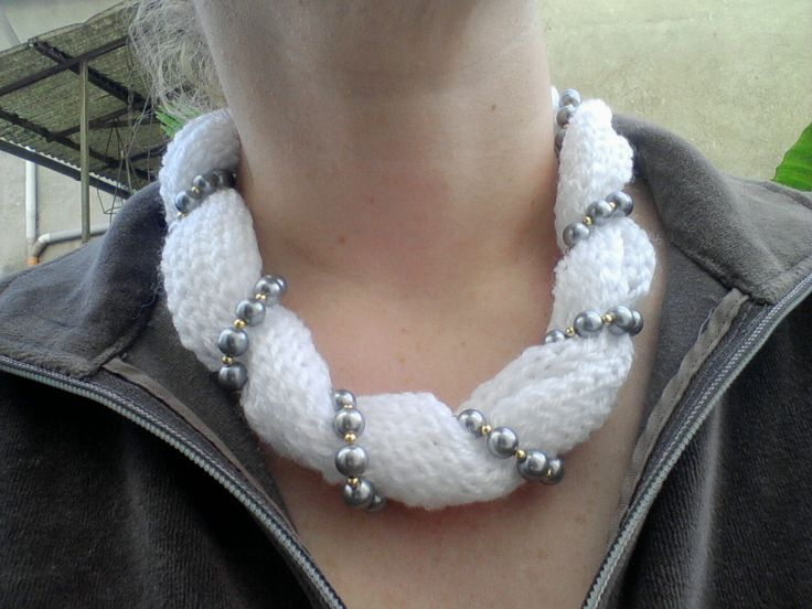 Collana di lana bianca e perle realizzata con caterinetta.