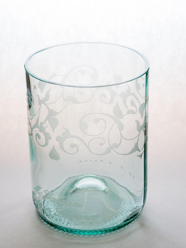 Bicchiere con decorazione floreale Questi bicchieri sono realizzati da artigiani fiorentini . Stimolati dal senso estetico del passato, restaurano e inventano oggetti di vetro e cristallo molati e incisi a mano, emblemi di raffinatezza ed espressività. Le loro forme, studiate nei minimi dettagli, sono soffiate a bocca da tradizionali soffiatori toscani con cui collaborano. Materiale: vetro. Dimensioni: H 10 cm Ø  7 cm