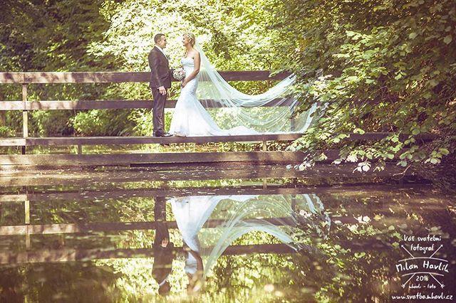 """Ještě jedna """"dlouhozávojová"""" z parádní svatby Aleny a Romana v Trhových Svinech. #svatba #wedding #svatebnifoto #weddingphoto #svatebnifotograf #weddingphotographer #czechwedding #czech #czechphotographer #czechweddingphotographer #nevesta #zenich #trhovesviny #most #zavoj #dlouhejzavoj #dlouhyzavoj #nevestanamoste #mamsvojipracirad #fotiltomilan  Více svatebních fotek najdete na: www.instagram.com/mhavlifoto"""