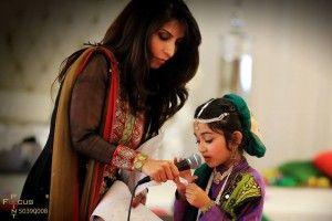 Vinteren rammer børnehjemsbørnene i november i Lahore. Temperaturen når sjældent frostgrader, når vinterens tre måneder lange, kolde og blæsende tågevejr indhyller byens 8,5 milloner indbyggere i Nordindiens gamle kulturhovedstad i den delte stat, Punjab. Sygdommene er svære at kæmpe mod, når kroppen er lille og tynd og hverken har varme, tøj eller ret meget mad. […]