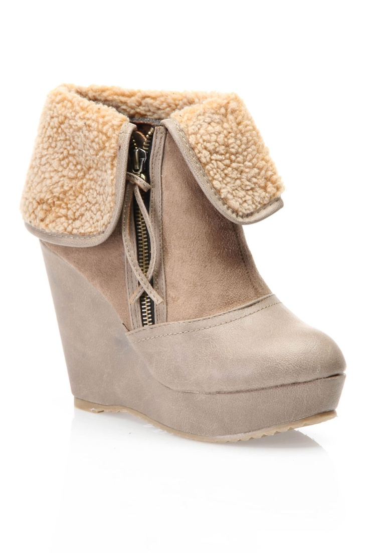 Winter wedges. Looks comfy and warm//
