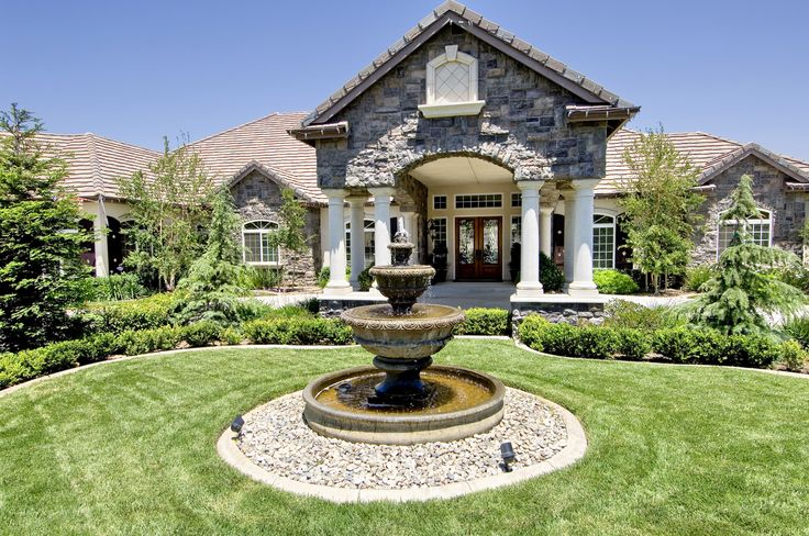 Circle driveways + fountains = completely classy! --Murrieta, Calif.