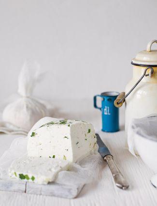 Olyan büszkévé teszi az embert, ha valami igazi házi, saját készítésű fogást tud feltálalni. A házi sajt ráadásul külön boldogság, ugyanis nemcsak egyszerű elkészíteni, de csak rajtunk múlik, hogyan variáljuk.