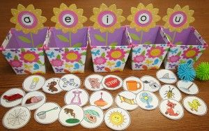 Cute vowel sorting activity. Free 33 short vowel pics!