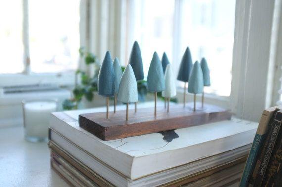 Een charmant eilandje van pijnbomen, deze miniatuur stand van bomen is geschilderd in de vele tinten van evergreen en heeft een geavanceerde bos charme overneemt. Het is gelukkig op een mantel, boekenplank of als het middelpunt van een tafelblad. De basis van het forest is pine gekleurd met drie verschillende tonen maken een verweerde leeftijd verschijning. De bomen zijn handgesneden schuim, elk uniek en hand geschilderd met acryl. De stammen zijn zijn bamboe en gekleurd en verdrietig…