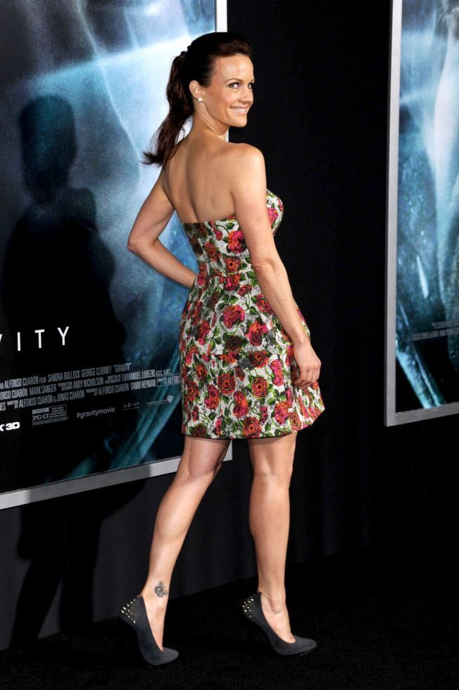 Carla Gugino Curves And Toned Legs In A Strapless Dress