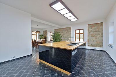 Veškeré úložné prostory v kuchyni jsou shromážděny pod pracovní deskou centrálního ostrůvku.