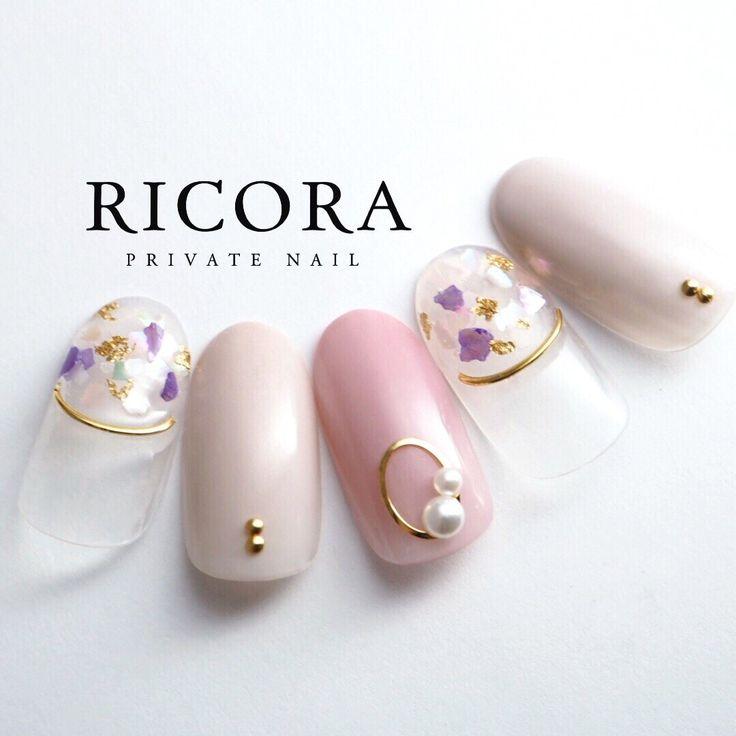 シェルの中の金箔が可愛いです♡人気のスタッズでふちどりを♡instagram→tunashima.nail ネイルデザインを探すならネイル数No.1のネイルブック