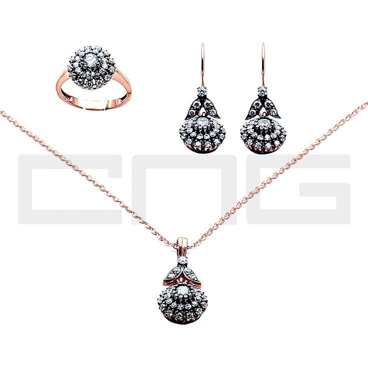 Elmas Modeli Gümüş Set Gümüş takıda yılların deneyimi. Cng Gümüş Online satış mağazası ve şubeleriyle gümüş takı, küpe, kolye, yüzük ,bileklik ve size özel ürünlerle hizmetinizde.Daha fazla bilgi ve sipariş için www.cnggumus.com Tel:(0212) 240 67 14 -(0212)325 00 82 Whatsapp 0555 961 08 05
