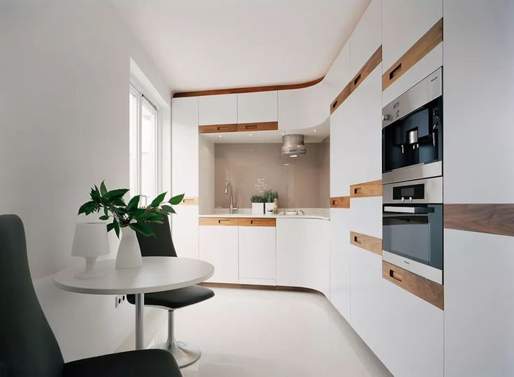 Elegante cucina con mobili bianchi con accenti in essenze di colore marrone scuro