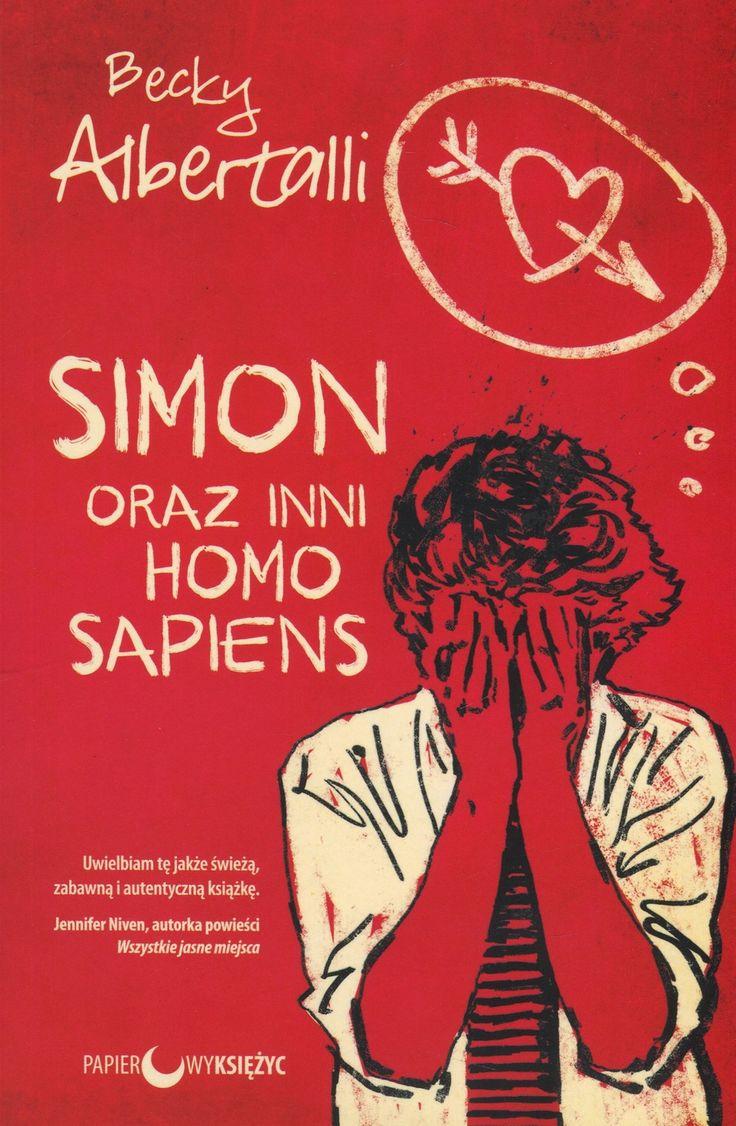 Ukrywający swoją orientację seksualną szesnastoletni Simon Spier uważa, że miejsce dramatów jest na scenie teatralnej. Jednak kiedy napisana przez niego wiadomość mailowa wpada w niepowołane ręce, pojawia się ryzyko, że jego wielki sekret ujrzy nagle światło dzienne. Simon pada ofiarą szantażu: jeśli nie zostanie swatem dla klasowego błazna, Martina, wszyscy dowiedzą się, że jest gejem. A co gorsza, w niebezpieczeństwie znajdzie się także Blue, chłopak, z którym Simon wymienia maile. <br…
