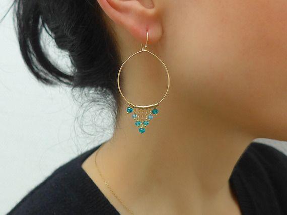 Boucles d'oreilles perles topaze bleue dégradées en triangle, créoles en topaze bleue, créole bohème chic, boucles d'oreilles