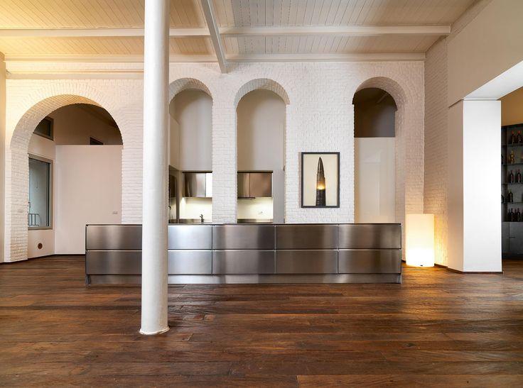 """In pieno centro a milano, in un signorile palazzo d'epoca, è nato un hotel dallo stile innovativo: Palazzo Segreti. E qui, circondata da muri in mattoni bianchi che si riflettono sulle superfici in acciaio inox, ha trovato il suo spazio la cucina di Atelier Abimis. Innovativa come l'hotel che la ospita, la cucina Atelier Abimis si compone di due blocchi, caratterizzati dal profilo """"a lama"""". Con due spazi dedicati alla cottura e una grande area dedicata all'impiattamento e alla preparazione."""
