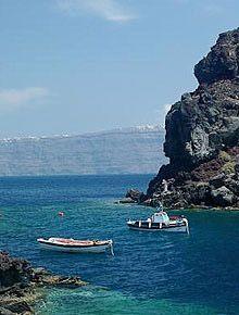 Οι παραλίες στο βόρειο τμήμα της Σαντορίνης είναι πιο δύσκολο να βρει και να και να έχουν μια ξεχωριστή ομορφιά. Στο παρελθόν ήταν γνωστή και συχνάζουν μόνο τους κατοίκους της περιοχής. Τις τελευταίες ημέρες έχουν επίσης ανακαλυφθεί από τους επισκέπτες του νησιού.