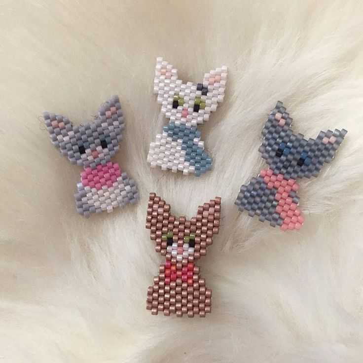 Pour finir la semaine en douceur, et parce que la luminosité est bien meilleure que mercredi, je vous ai fait une photo moumoute ( @leti7794_lapepi ) de mes petits chats ! #cats #chats #broches #miyuki #perles #miyuki #miyukiaddict #perlesandco #jenfiledesperlesetjassume #brickstitch