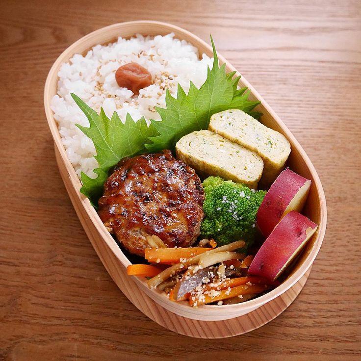 日本人のごはん/お弁当 Japanese meals/Bento. 2015.8.20 ・ 昨日作ったお弁当♩ ・ 仕事で忙しい姉に代わり、 甥っ子の家庭科の課題用に作りました。 ・ 夏休みの宿題で何かテーマを決め、 料理を作り、レポートに まとめるというのがあって 甥っ子はサッカー合宿で不在でしたが こんな感じのお弁当はどうかと 提案してみました。 ・ 画像を送ると、 めっちゃ美味しそう♩ ありがとうございますとの返事www ・ 後日、改めて高1男子が同じおかずを 作り直したらどんな風になるのかな? 今から楽しみです✨ ・ 白ごはん ごぼう入り肉だんご甘酢あん ごぼうとにんじんとこんにゃくの きんぴら さつまいもの甘煮 青海苔入り卵焼き ブロッコリー ・ ・ ・ #sayaben #お弁当 #弁当 #obento #bento #lunchbox #曲げわっぱ #大館工芸社