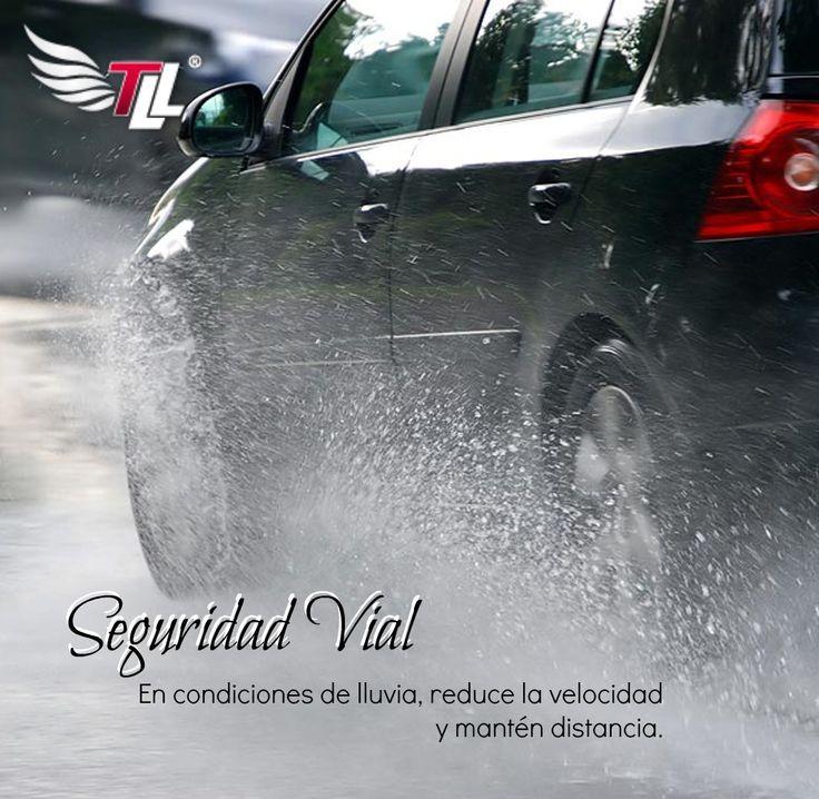 En condiciones de lluvia, reduce la velocidad y mantén distancia. #SeguridadVial #Carros
