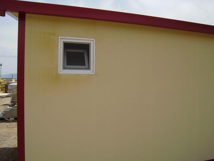 Πλαϊνή λήψη οικίσκου τύπου τροχοβίλας. Διακρίνετε το παράθυρο του W.C.